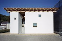 Completed in 2011 in Makinohara-shi, Japan. Images by Kai Nakamura. The courtyard, known as hanaha, creates a space of spiral movement and familial interaction.    The family can move spirally around the flowers and...