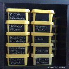 Uma forma muito económica de manter tudo organizado: caixas de gelado e etiquetas de ardósia lavável. A very economic way of maintaing everything organized: icecream boxes and washable blackboard film. #diy #crafts #artesanato #façavocêmesmo