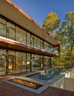 Wissioming Residence, Robert Gurney Architect - Maryland, USA l This house located in Glen Echo, Maryland is sited on a heavily wooded lot overlooking the Potomac River. Glen Echo stands as a rare enclave of modern houses in suburban Washington, DC. Architecture Design, Facade Design, Beautiful Architecture, Residential Architecture, Exterior Design, Landscape Architecture, Home Modern, Modern House Design, Modern Houses