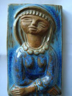 Michael Andersen Keramik, Bornholm: Relief med pige. Signeret MS for Mariane Starck Bagpå stemplet for Michael Andersen, Bornholm, Danmark. Nummer - 5841...