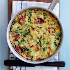 Découvrez la recette de l'omelette au jambon, pommes de terre et petits pois