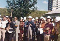 Uit het archief van Vincent Prange. Een historische foto: het slaan van de eerste paal op de Ottho Heldringstraat 27 op 10 augustus 1973. Iedereen met een glas champagne en veiligheidshelm!