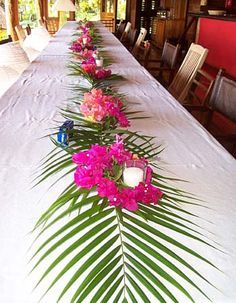 table decor for luau party- palm leaves and flowers with candles Aloha Party, Luau Theme Party, Hawaiian Luau Party, Hawaiian Birthday, Luau Birthday, Tiki Party, Party Themes, Birthday Parties, Beach Party