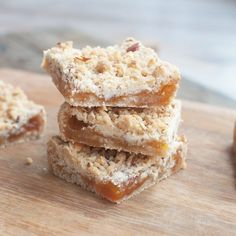 Trek in iets lekkers bij de koffie, maar geen zin om uren in de keuken te staan? Deze kruimelkoek met abrikozenjam is makkelijk en supersnel klaar.
