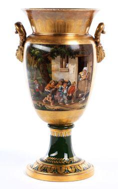 Ovaloider Vasenkörper mit hochziehendem, ausschwingendem Hals und seitlichen Amphorenhenkel an halbplastischen Löwenmasken. Grundbemalung in Gold, in ...