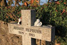 Vespa Strapazzatela: Tolochenaz - final resting place of Audrey Hepburn