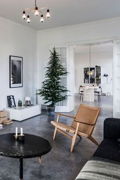 Elegant and Beautiful Holiday Decor Ideas for a Minimalist Christmas - My Living Room, Home And Living, Living Room Decor, Living Spaces, Easy Christmas Decorations, Holiday Decorating, Minimalist Christmas, Wabi Sabi, Home Decor Inspiration