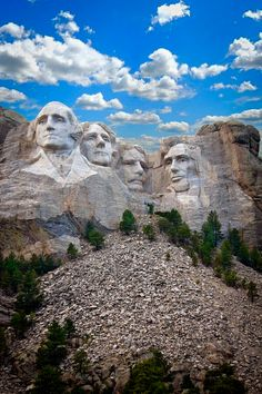 'Monte Rushmore' localizado em Keystone, Estados Unidos. Esculturas dos rostos dos 4 presidentes dos EUA, são eles: George Washington, Thomas Jefferson, Theodore Roosevelt e Abraham Lincoln. Obra de 'Gutzon Borglum', levou 15 anos para ficar pronta. Com 15 a 21 metros cada rosto, e a uma altura de 150 metros de altura impressiona até os menos impressionáveis. Borglum morreu pouco tempo antes de completar o seu trabalho finalizado. Terminada por seu filho, Lincoln, a obra foi inaugurada em…
