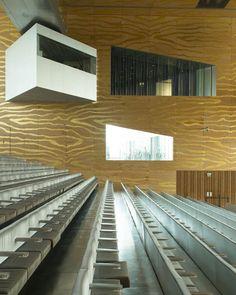 La Casa da Musica, à Porto, par Rem Koolhaas © Vincent Leroux - La Casa da Musica, à Porto, par Rem Koolhaas C'est l'exception qui confirme la règle, puisque son architecte n'est pas portugais, mais l'édifice est indéniablement l'un des projets phares de ces dernières années au Portugal. La Casa da Musica est l'œuvre de la star néerlandaise Rem Koolhaas. Planté telle une météorite à l'entrée de la célèbre Avenida da Boavista, au milieu d'une place minérale où les skateurs s'en donnent à cœur…