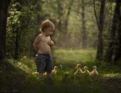 Niños en armonía con animales.
