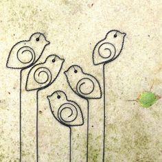 Ptáček.  Drátovaný ptáček. Zápich. Do vázy, do květináče... Může taky podržet nějaký dopis, tajný vzkaz, fotku... Od zobáčku k ocásku měří cca 9 cm.  Ve vlhku drát získá rezavou patinu.  Cena je za jednoho ptáčka.   original smu