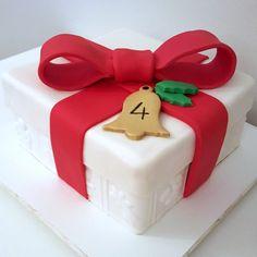 Para celebrar o 4º Mesversário do seu filhote, a querida @liacamargo quis um bolinho que tivesse a cara do Natal! Aí está: um bolo de caixa de presente bem natalino! 🎅🎄🎁 Por dentro, massa branca com recheio de buttercream de Pinot Noir e cobertura de chocolate meio amargo e pasta americana! Feliz Natal! . Orçamentos e encomendas 📞 Whatsapp: (11) 96882-2623 💌 E-mail: contato@bolosdacintia.com . #bolosdacintia #liacamargo #mesversario #bolodenatal #feliznatal #boasfestas #bolo #presente…