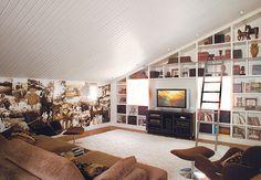 O painel de 8 x 1,60 m com fotos de família dá a cara dos moradores da casa – um casal com dois filhos adolescentes – a este ambiente íntimo