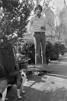 Barry Manilow relaxing at home, in New York City, with his beagle named Bagel, September 1975 Barry Manilow, Music Theory, Great Memories, My Man, Are You The One, My Idol, Singers, Folk, September 22