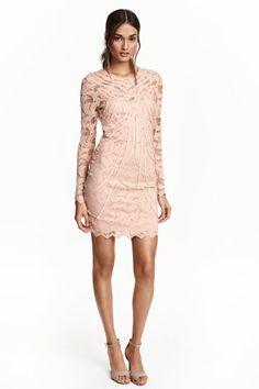 Рокля от дантела: Къса рокля по тялото от дантела с апликации с декоративни ленти. С гол гръб, копче отзад на врата и дълги ръкави. Бюстието и полата са с подплата.