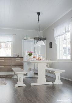 valkoiseksi maalattu pirtinpöytä terassille