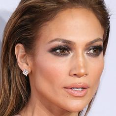 http://www.vivala.com/makeup/jennifer-lopez-best-makeup/6797/We bet Lopez has never met a smoky eye she didn't like./11