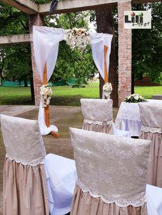 """A romos egykori """"színház"""" téglaoszlopai már eleve megadják a romantikus hangulatot. Néhány elegáns vagy rusztikus dekorációs kellékkel csak kiegészítjük az amúgy is különleges esküvői látványt."""