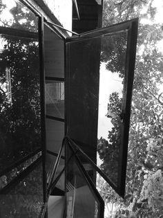 Plano bem definido - Ana Clara Vinci, 8C. Nesta foto podemos ver ângulos bem marcados e também a foto é tirada de um ângulo inusitado. A foto tirada é de uma janela aberta vendo de baixo, mas quando vemos ela em pé parece uma porta de vidro com duas portas e elas estão abertas. Como a foto é tirada de um ângulo inusitado podemos ver os elementos da foto de formas diferentes. Por Ana Clara Vinci