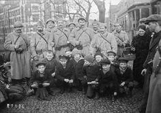 1923 - Düsseldorf, enfants allemands et cheminots français   Photographie de presse : Agence Rol