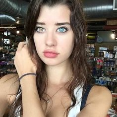 Photos: Smoke show Sarah McDaniel is blowing up the Internet – The 20 year old has a condition called 'Heterochromia Iridium' that makes her eyes a different colour, and boys fall in love! Two Different Colored Eyes, Young Models, Pretty Eyes, Beautiful Eyes Color, Beautiful Women, Eye Color, Hair Beauty, Instagram, Green Eyes