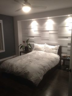 Great built in niche that serves as a headboard and good uplighting from closet behind bed ons - Bed plafond ...