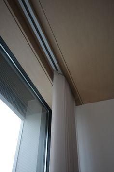 webオープンハウス リビング(4)こだわりの窓 - 建築家との家作り「駐車場のない家」2011-2012 Ceiling Curtains, Drapery, My Room, Window Treatments, Blinds, House Plans, Windows, Interior, Design