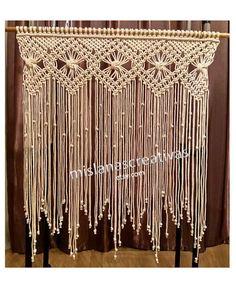 Lieferzeit: 3-4 Wochen. Makramee-Vorhang mit 4mm Baumwollkordel gemacht. Farbe Ecru. Sie können es auf einem Fenster, Tür, oben eine Kommode, einen Kamin, ein Bett oder Sofa hängen. Es kann auch in kleineren Größen als Wandbehänge erfolgen. Dies kann in kundenspezifischen