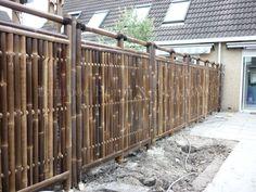Gezellige tuin met zwarte Linjosa bamboe tuinschermen