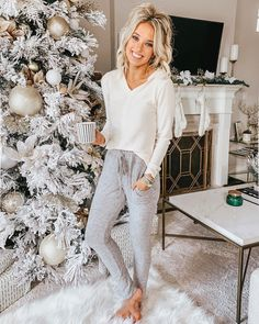 Emily Herren on After last nights game, a lounge day was definitely needed Spent the day in the coziest pullover and joggers by lovebobeau Details Cute Lounge Outfits, Lazy Day Outfits, Cute Outfits, Loungewear Outfits, Pajama Outfits, Pastel Outfit, Cozy Christmas Outfit, Christmas Outfits, Winter Christmas