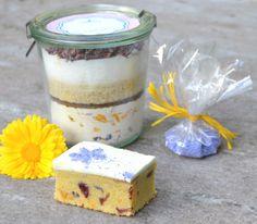 S-Küche: Kuchen Mix Im Glas mit Kornblumen, Ringelblumen und Erdbeeren