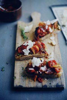 たっぷりトマトをのせたブルスケッタ。 パルミジャーノレッジャーノのアクセントを効かせたイタリアンな朝ごパン。