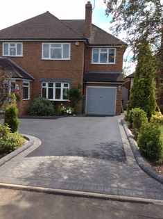 Impressive country driveway - see our content article for many more good tips! Front Garden Ideas Driveway, Rock Driveway, Block Paving Driveway, Permeable Driveway, Resin Driveway, Cobblestone Driveway, Asphalt Driveway, Driveway Design, Concrete Driveways
