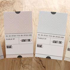 """des marque-places """"ticket"""", dans une version chevalet qui les rend plus """"lisibles""""... ils peuvent aussi être utilisés comme livrets ou tags sur vos créations..."""