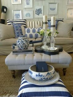 Absolutely stunning blue and white tableop designs you can easily implement. Get inspired with easy to copy blue and white table top design. Die Hamptons, Hamptons Style Decor, Blue Rooms, White Rooms, Navy And White Living Room, Urban Deco, White Table Top, Table Top Design, White Decor