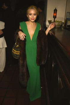 I'm not a big Olsen fan but I do love that green dress! Ashley Olsen Style, Olsen Twins Style, Mary Kate Ashley, Mary Kate Olsen, Pretty People, Beautiful People, Emerald Dresses, Glamour, Vogue