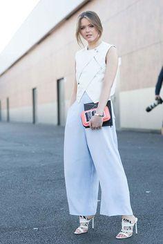 Kristina Bazan se apunta un tanto con este minimalista look en blanco con acento en el accesorio.