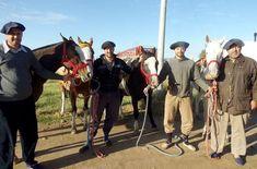 Turistas franceses a caballo pasan por Winifreda