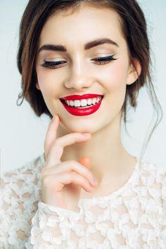 Du musst keine Unsummen in Make-up investieren. Auch günstige Produkte können gut sein. Und wenn du diese Tricks kennst, kannst du dein Drogerie-Make-up auf edel pimpen!