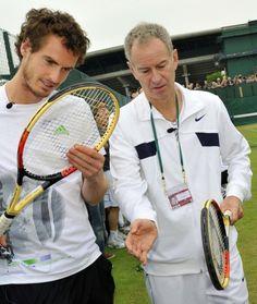 ジョン・マッケンロー(John McEnroe)氏と言葉を交わす、アンディ・マレー(Andy Murray、左、2011年6月28日撮影)。(c)AFP=時事/AFPBB News