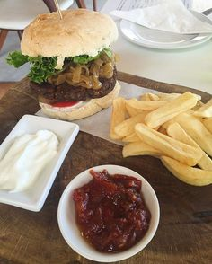 Throwback to one of the best vegan burgers I've ever had at ELL Eatery just outside of Hermanus  If you're ever in the Hermanus area and looking for some amazing vegan food definitely check this place out!!  p.s. Not much cooking going down in my kitchen at the moment due to work being crazy busy so you may have to put up with some eating out pics for the next while  #Nutrition #vegan #cleaneats #cleaneating #eatclean #diet #capetown #fitfam #fitspo #fitspiration #govegan #glutenfree #health…