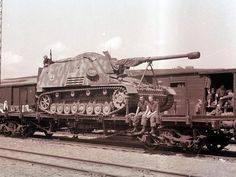 Nashorn, initially known as Hornisse, was a German tank destroyer of World War II. It was developed as an interim solution in 1942 by equipping a light turretless chassis with the Pak 43 heavy anti-tank gun. Alter Computer, Railway Gun, Trains, Tank Armor, Ww2 Photos, Ww2 Pictures, Military Armor, Destroyer Of Worlds, Tank Destroyer