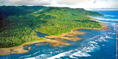 Widok zlotu ptaka na wybrzeże Kostaryki