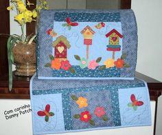 Capa e Tapetinho de Máquina confeccionados em tecidos nacionais e importados.As cores e aplicações podem variar de acordo com a sua preferência. R$ 172,61