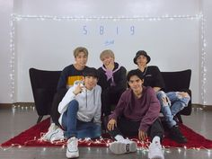 Aesthetic Iphone Wallpaper, Aesthetic Wallpapers, Korean Entertainment Companies, Bts Wallpaper, Screen Wallpaper, Group Photos, Pop Group, Cute Wallpapers, Cute Pictures