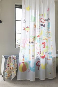 The pattern on the BADBÄCK shower curtain is a playful fantasy world of everyday items, animals and unexpected elements that the family can discover together.