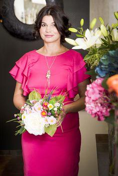 Druhý outfit je z novej kolekcie značky ORSAY a tvoria ho veľmi pekne strihané šaty výrazne ružovej farby.