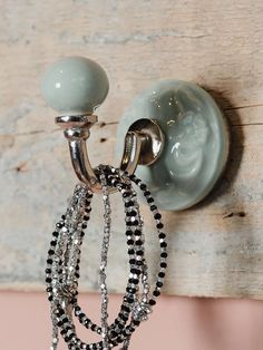 מתלה עגול ירוק Home Accessories, Hooks, Sconces, Wall Lights, Pearl Earrings, Pearls, Green, Jewelry, Home Decor