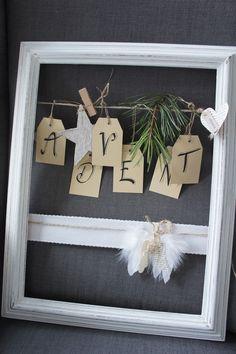 Eine zartromantische Adventsdeko.... In einem alten Holzrahmen, der liebevoll in ein neues Kleid gehüllt und mit antiker Spitze verziert wurde, hängt eine Jutekordel, die gerne als kleine Lleine...