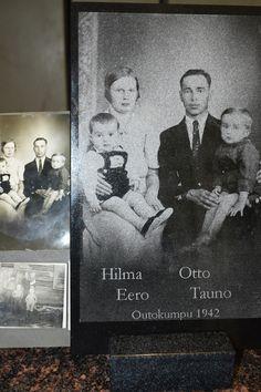 Valokuvaamossa vuonna 1942 otettu perhepotretti säilyy arvokkaana muistona jälkipilvillekin kun se on ikuistettu kivilevylle.